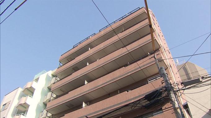 東京江東区で宅配業者を装った男に男性が殺害される。元妻の金銭トラブルが関係か。